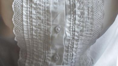 Как вывести пятно от чая с белой или цветной одежды