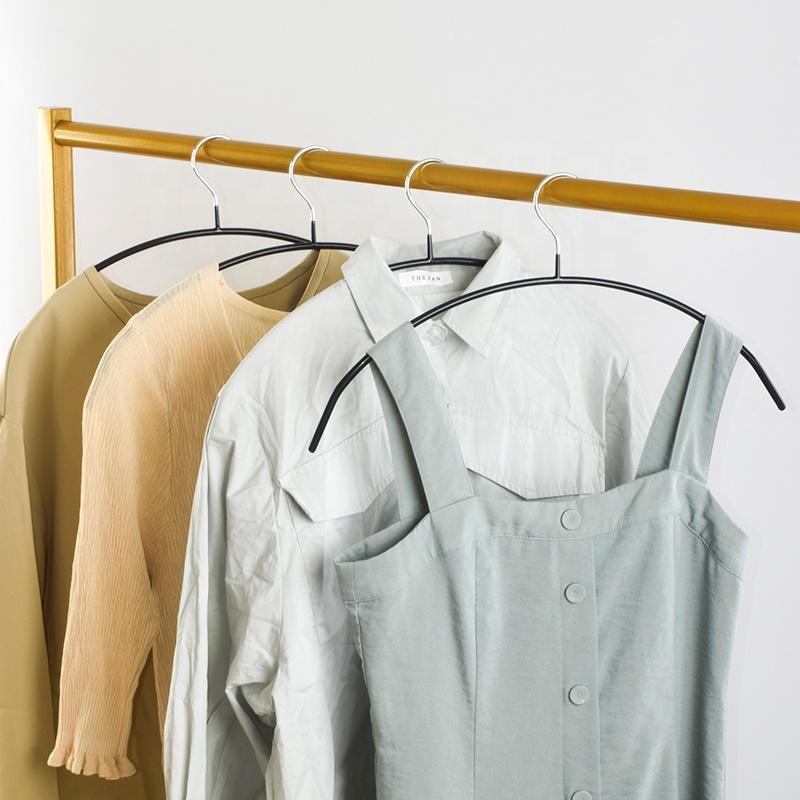 сорочки на вешалке из проволки