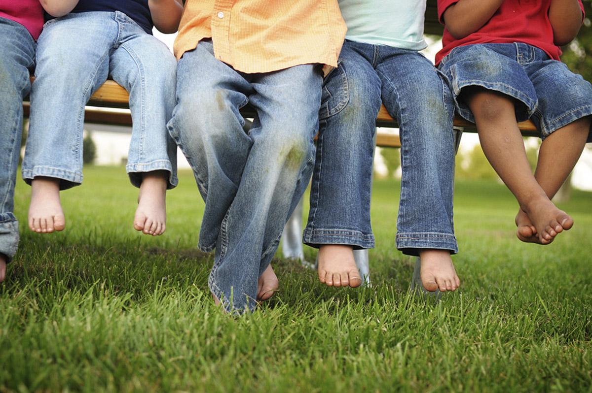 Как отстирать пятна от травы на джинсах ребенка