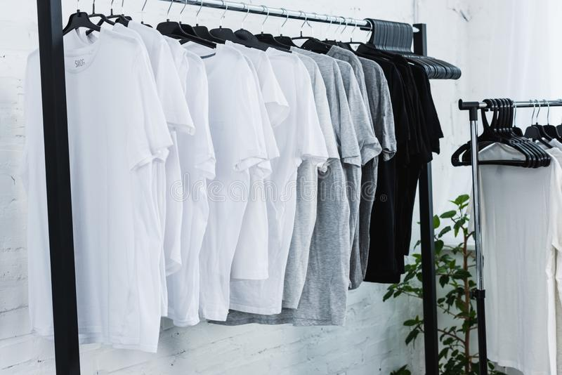 Как быстро отстирать белую футболку